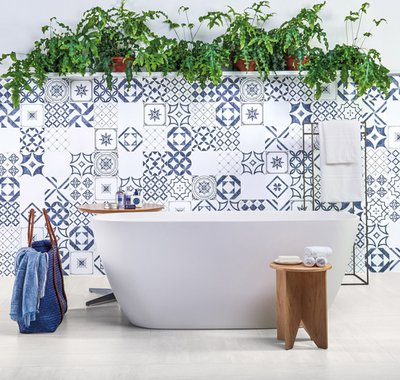 A trip to the south of Portugal brings the original colors of the local tilework to contemporary shapes and stands out for the sophistication of the Algarve line.